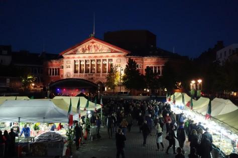 Marked og teatret i baggrunden